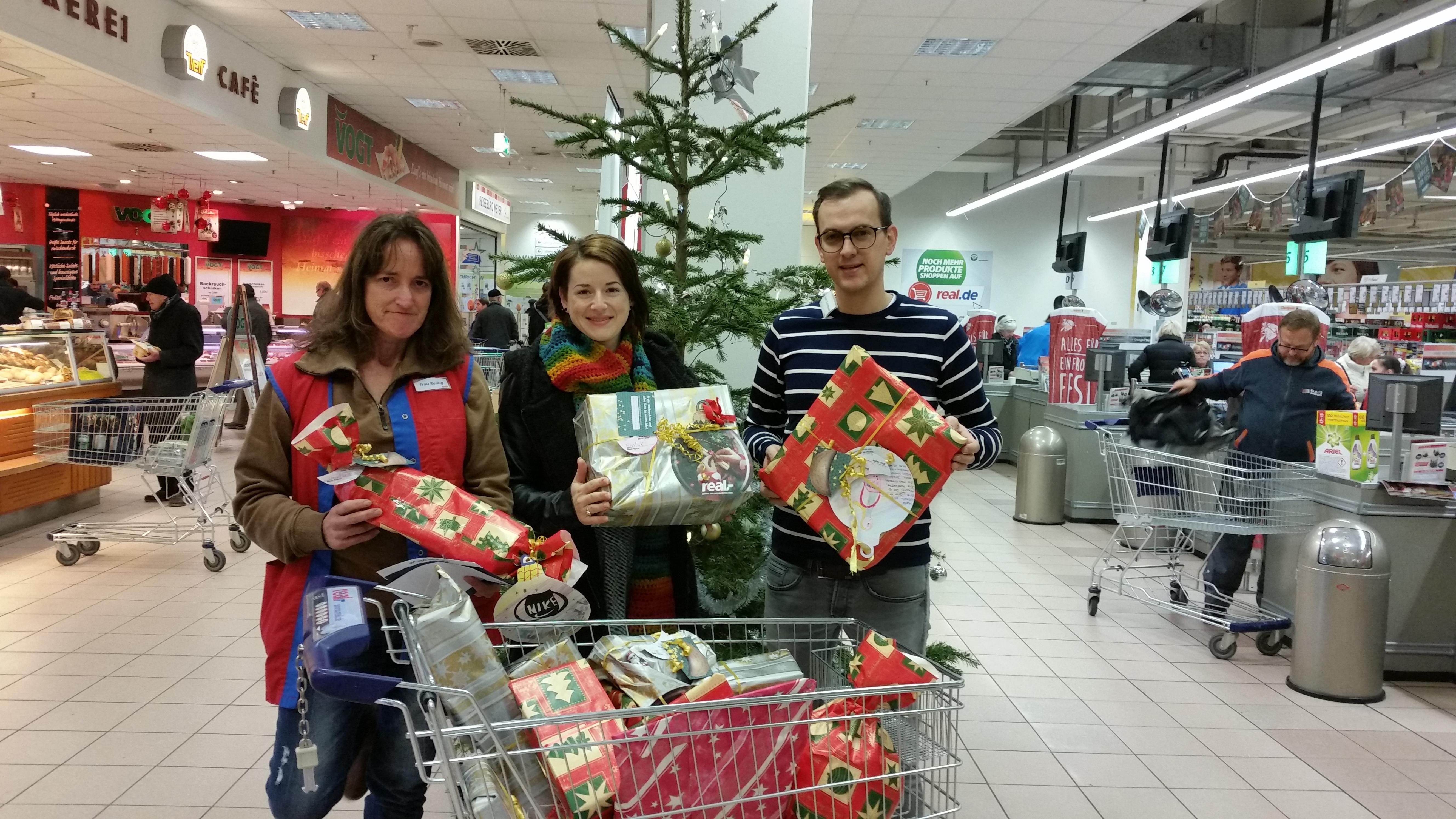 Geschenk-Übergabe im real-Markt Ettlingen